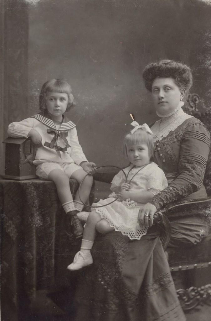 Családi képek a szerzőtől: a Bécsi úti ház két utolsó Hoffmann tulajdonosa, nagyanyám (Hoffmann Klára) és bátyja (Hoffmann Miklós) édesanyjukkal, Szendrei Irénnel.