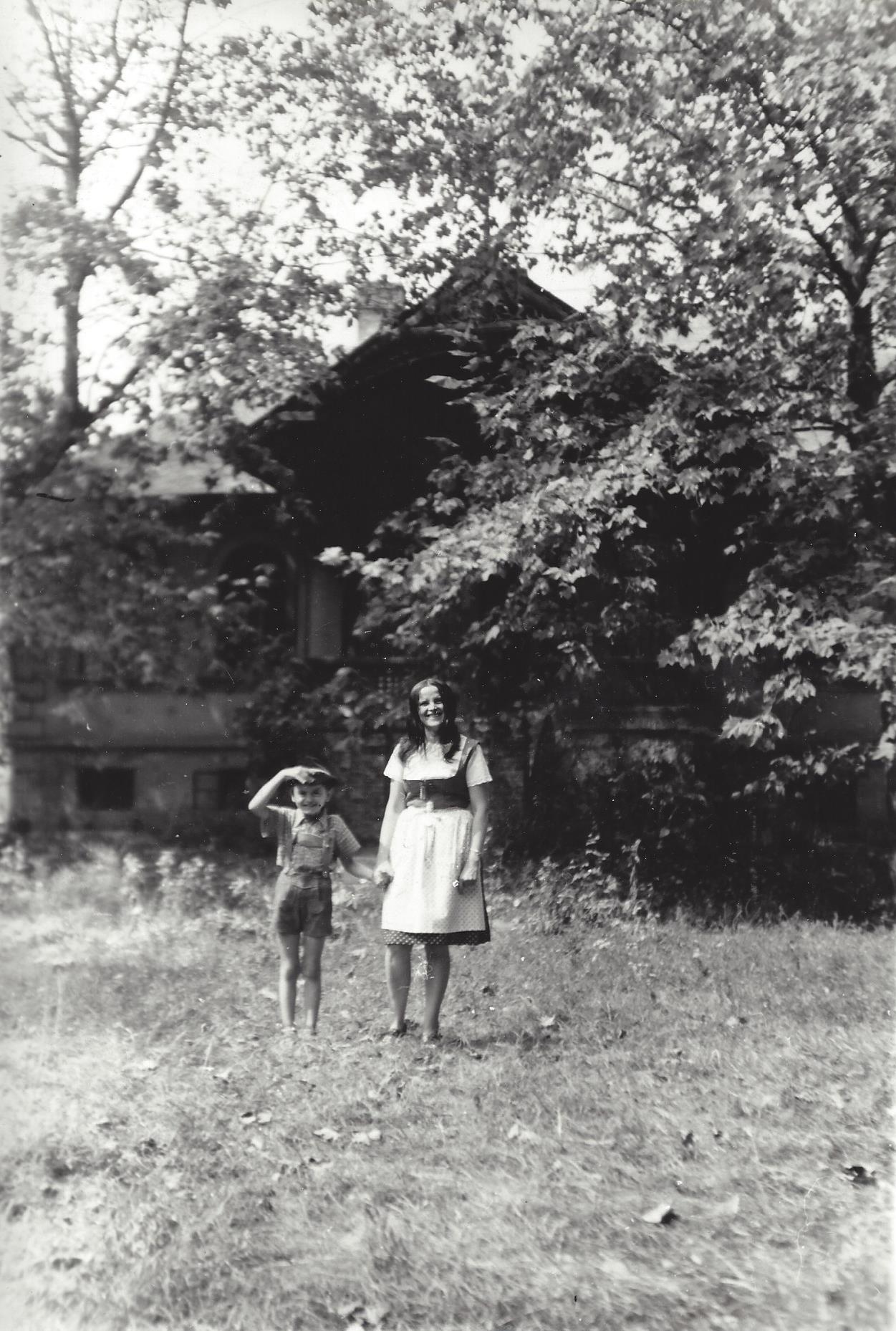 Fotó: Fia és felesége a békásmegyeri vadászkastély előtt (Családi archívum)