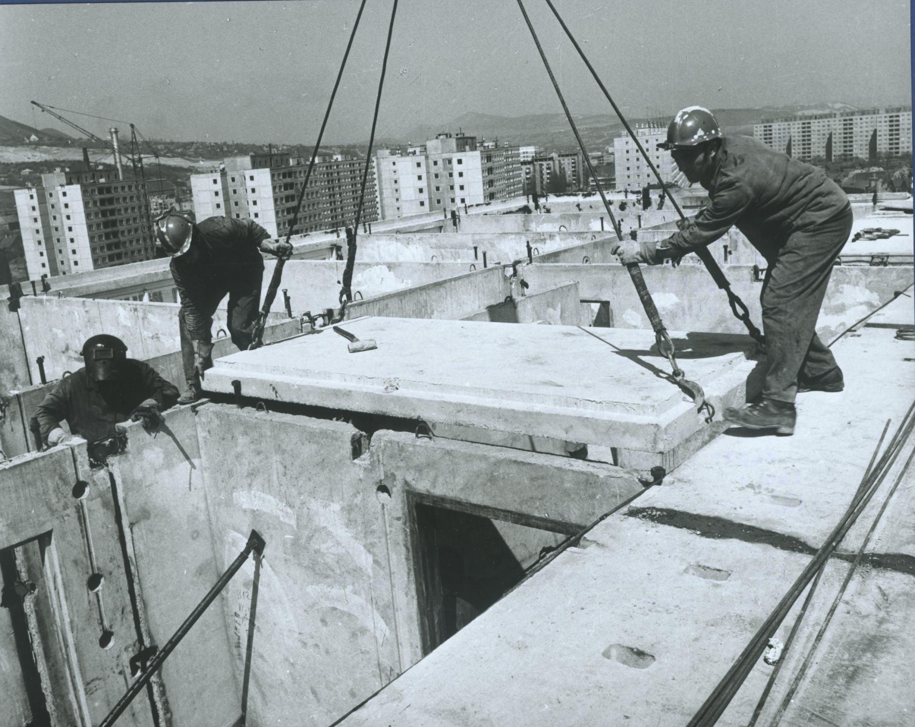 Óbudai panelház elemeinek szerelése 1971. Fotó: Bara István Forrás: MTI