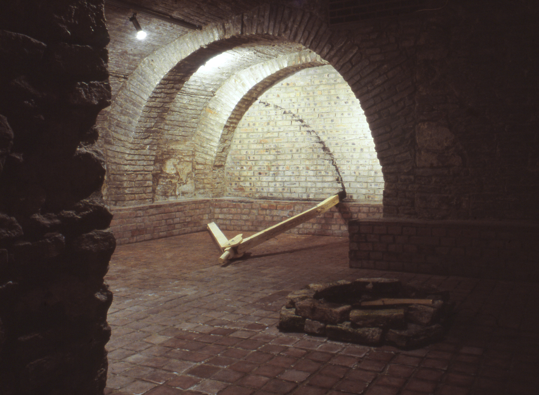 Koronczi Endre installációja 1997. - a Constans című kiállítás egyik helyszíne az Óbudai Pincegaléria